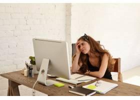 年轻的高加索女设计师对即将到来的工作截止_11193409
