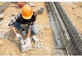 建筑工人手中的圆锯正在铺设铺路板_4550431