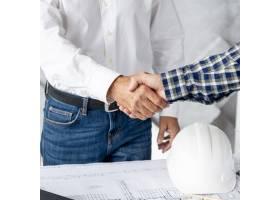 建筑师和客户握手_5159787