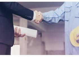 建筑师工程师在现场与商人握手_1185594