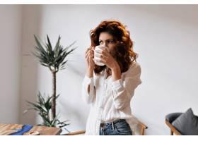 开朗的红发女子在自助餐厅喝咖啡休息时看_13210068