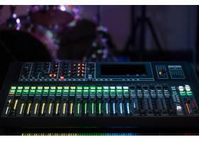 录音棚里的数字调音台使用声音工作创意_9045564