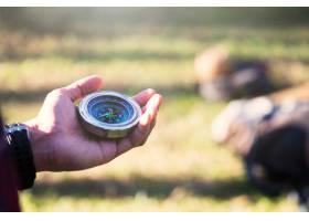 徒步旅行者在森林里用指南针寻找方向_1211624