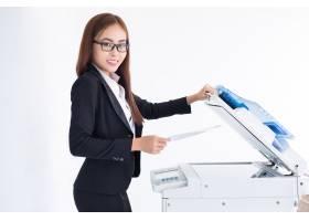 微笑的亚洲女商人使用复印机_1027118