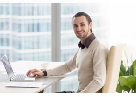 微笑的商人在办公室工作看着相机使用笔_3938487