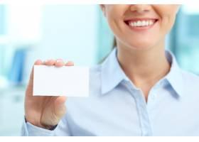 微笑的女商人拿着空白名片_857231