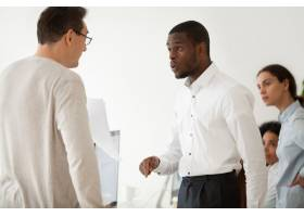 多元化的黑人员工和白人老板在工作中争吵_3955378