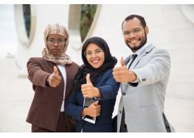 多文化企业集团摆姿势做类似手势_5890440