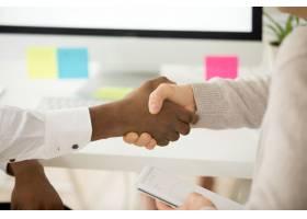 多种族商业握手作为团队合作中帮助支持的概_3955358