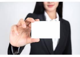 女商人手持并展示空名片或名片_4550537