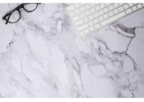 大理石表面的键盘和眼镜_9658526