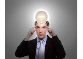 头上戴着灯泡的沉思的男人_979013