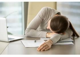 女员工在办公室的工作场所打瞌睡_4013242