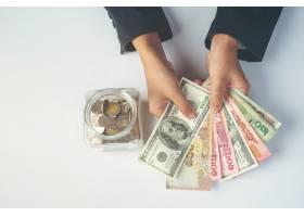 女员工在白色桌子上数钱_7365405