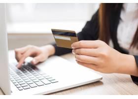 女性在网上银行工作的剪裁观点_1027079