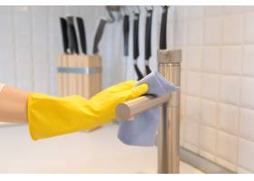女性手戴手套清洗厨房水龙头的特写_1281455