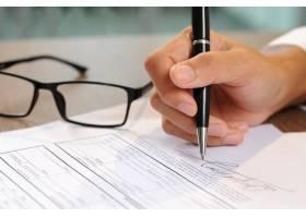 女性签署文件特写_3077826