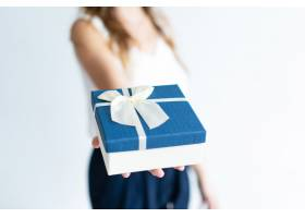 妇女在手掌上拿着礼品盒的特写_3077825
