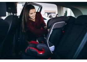 安装安全车的妇女坐进车里_6426736
