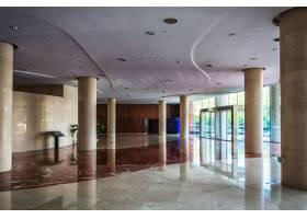 宽敞明亮的大厅内有雅致的凳子和桌子_1243181