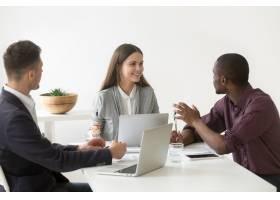 富有创意的千禧一代多种族业务团队在办公室_3939783