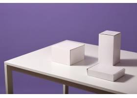 将桌子上的白色纸箱贴在丁香上桌子上放着_8987851