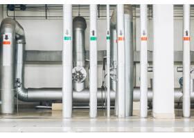 工厂内的钢质管道和钢缆_1119693