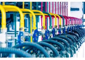 工厂内的钢质管道和钢缆_1119696