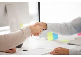 商人和女商人在签订合同或谈判成功后握手_3955371