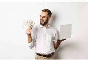 商务和电子商务成功的商人使用笔记本电脑_11651743