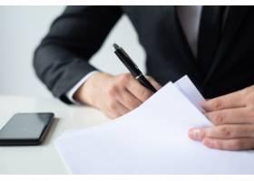 商务人士在办公桌前签署文件的特写_4010139