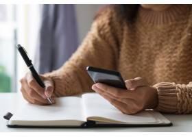 商务女性使用智能手机计划时间表的特写_3798989