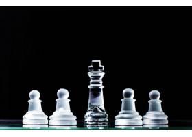 国王和几个棋子在暗色背景下的棋盘上层级_1203668
