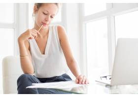 在Window上思考和处理文档的女士_1304955