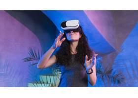 在一个漂亮的房间里戴着VR设备的女人_7733826