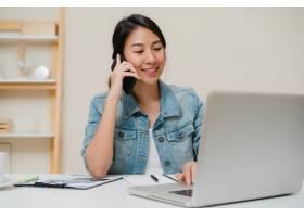 在创意办公室的桌子上一位穿着时髦休闲服_4395095