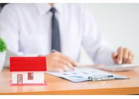 在办公室从事金融投资的商人或律师会计师_5216395
