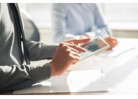 在办公室使用数字平板电脑的商人_1027044
