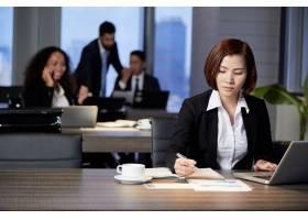 在办公室处理文件的女商人_5767076