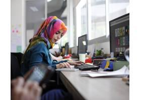 在办公室工作的穆斯林妇女_2861235