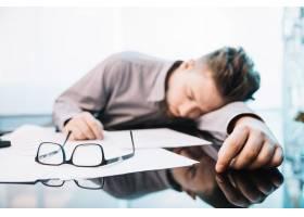 在办公室睡觉的员工_1488447