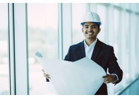 在建筑工地工作的印度工程师_9076252