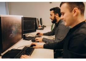 在电脑上工作的年轻男性网页设计师_6427077