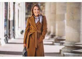 在街上穿着大衣开心的女商人_3653958