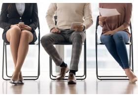 坐在椅子上等待面试的一群人_3938491
