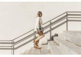 全景拍摄的女人爬上楼梯_11302367