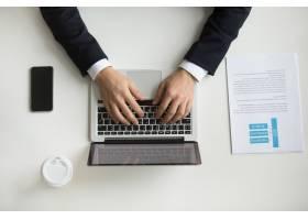 公司首席执行官在笔记本电脑上键入内容的顶_3952554