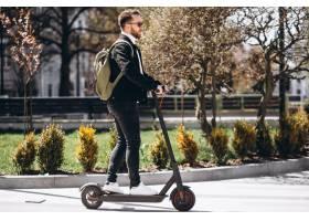公园里骑着滑板车的年轻帅哥_7869380