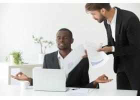 冷静的非裔美国商人在工作中练习瑜伽无视_3938088