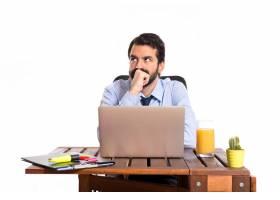 办公室里的一位商人在思考白色背景_1184110